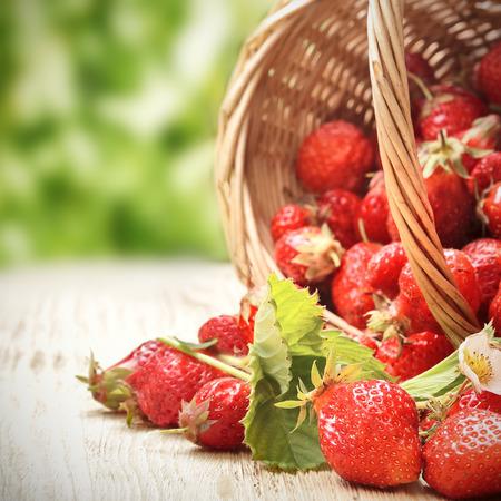 canastas con frutas: canasta con fresas en la mesa
