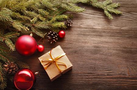 문자에 대한 나무 배경 공간에 선물 상자와 장식 크리스마스 트리 스톡 콘텐츠