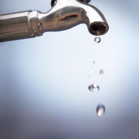 llave agua: drenar el agua del grifo de metal