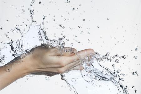 el agua: Splash de agua en mano de la mujer