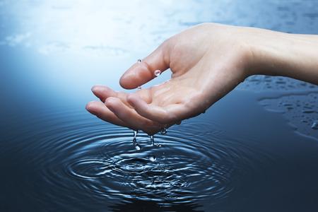 여자 손에 물 스플래시