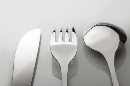 cubiertos de plata: tenedor cubiertos, cuchillo, cuchara en el vector blanco