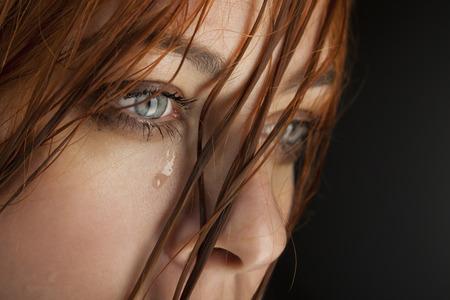 ojos llorando: grito de ni�a de belleza en el fondo negro Foto de archivo