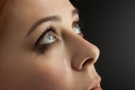 fille pleure: beauty girl cri sur fond noir