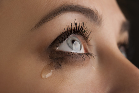 lacrime: bellezza ragazza grido su sfondo nero