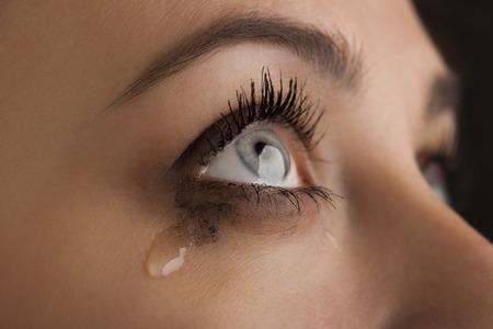 ojos tristes: grito de niña de belleza en el fondo negro Foto de archivo