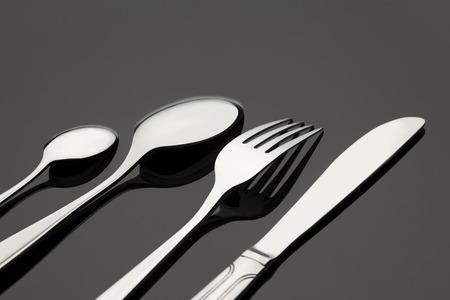 cubiertos de plata: tenedor cubiertos, cuchillo, cuchara en la mesa