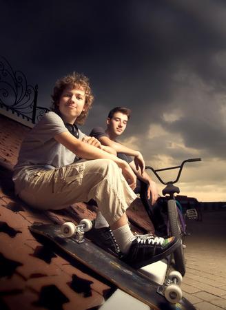 adolescente: dos adolescentes hablando en el parque de los deportes extremos