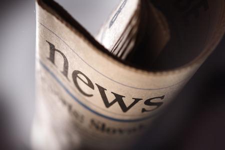 impresión: Título de periódico en el fondo negro Foto de archivo