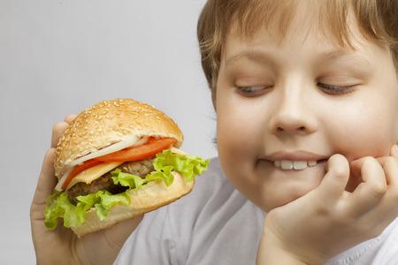 comiendo pan: niño feliz con la hamburguesa