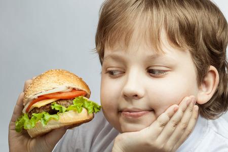 niños comiendo: niño feliz con la hamburguesa