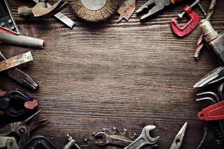 나무 배경에 지저분한 오래 된 도구 (처리 프로세스 간) 스톡 콘텐츠