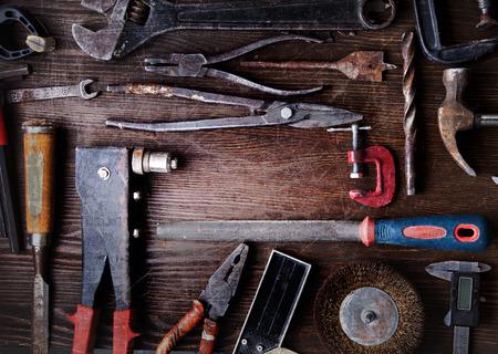 herramientas de trabajo: herramientas viejos sucios en un fondo de madera (procesamiento de Cruz-proceso) Foto de archivo