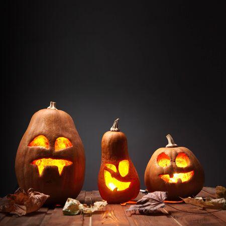 dynia: Jack O latarnie Halloween dyni twarzy na tle drewniane i jesieni leafs