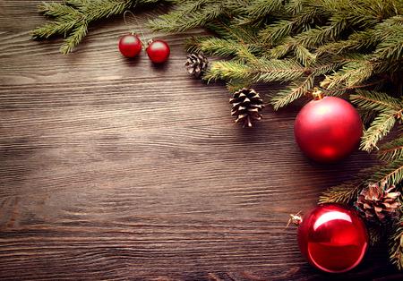 sapin: Arbre de No�l et d�corations sur bois espace d'arri�re-plan pour le lettrage