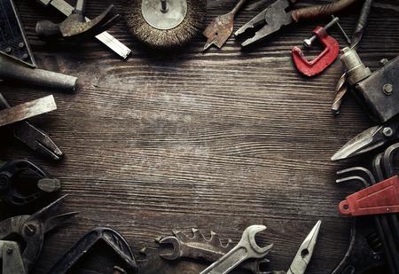 herramientas de carpinteria: herramientas viejos sucios en un fondo de madera (procesamiento de Cruz-proceso) Foto de archivo