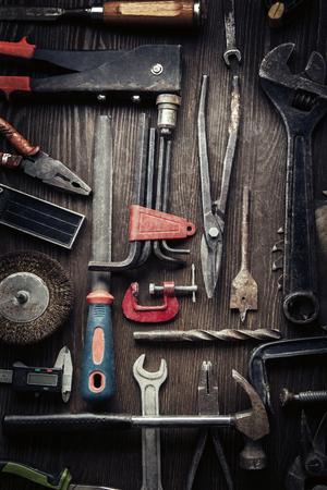 herramientas de construccion: herramientas viejos sucios en un fondo de madera (procesamiento de Cruz-proceso) Foto de archivo