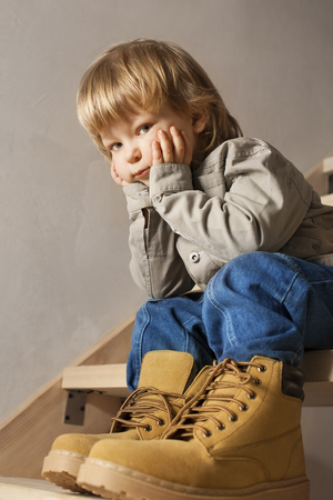 petite fille avec robe: Grands souliers � remplir, les pieds de l'enfant dans la grande chaussure