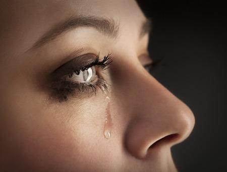 ojos llorando: grito de niña de belleza en el fondo negro Foto de archivo