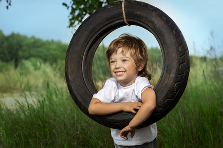 persona feliz: niño feliz en el oscilación al aire libre