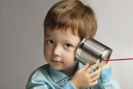 beauté garçon écouter étain peut téléphoner Banque d'images