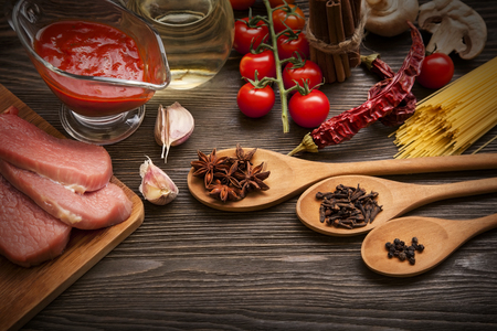 salsa de tomate: everything on wood table for the cooking of acute Italian sauce (tomato garlic spices olive oil) Foto de archivo