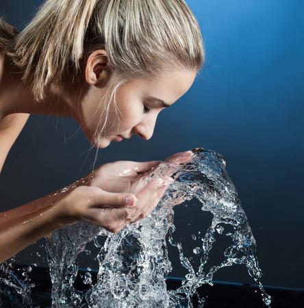 Schönheit Mädchen Gesicht waschen Standard-Bild