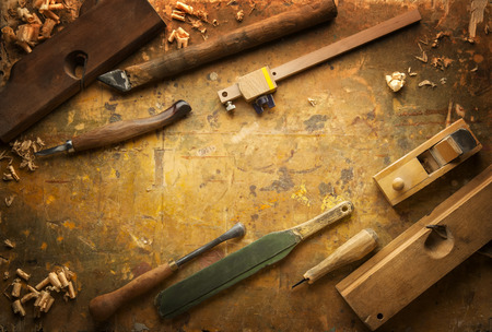 taladro: Las herramientas de mano de madera (Taladro plantilla vio cincel plano) en un viejo banco de trabajo de madera