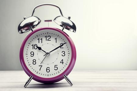 reloj: despertador de la mañana, hora verde clásico despertador Foto de archivo