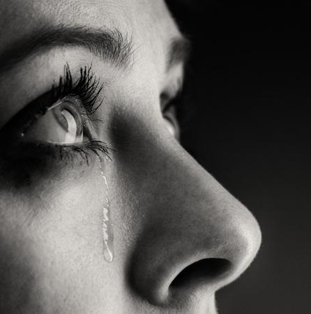 in tears: grito de niña de belleza en el fondo negro Foto de archivo