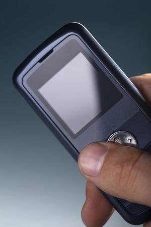 通信: cell phone in man hand