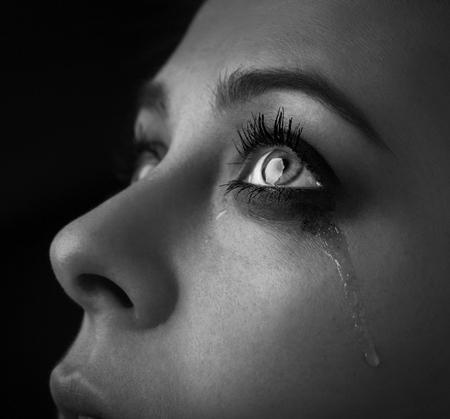 schoonheid meisje huilen op een donkere achtergrond zwart-wit zwart-wit foto