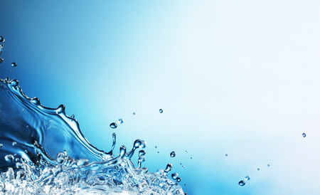 liquido: Splash Resumen de agua sobre un fondo azul