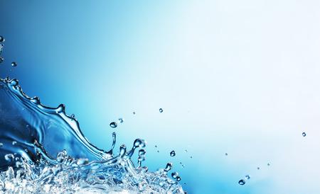 Streszczenie plusk wody na niebieskim tle Zdjęcie Seryjne