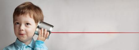 gelukkige jongen spelen in het blikje telefoon Stockfoto