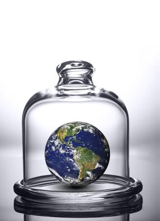 돔 아래 지구. 유리 벨 항아리에서 행성입니다. 이 이미지의 요소는 NASA에서 제공 한 것입니다.