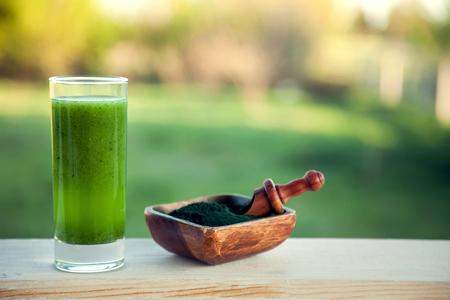 smoothie vert avec spiruline sur fond de bois