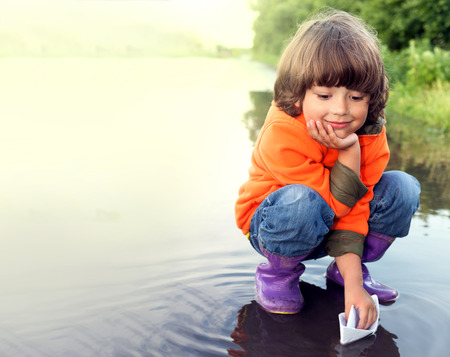 boy play in puddle summer day Stockfoto