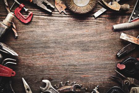 Herramientas viejas y sucias sobre un fondo de madera (proceso cruzado de procesamiento) Foto de archivo