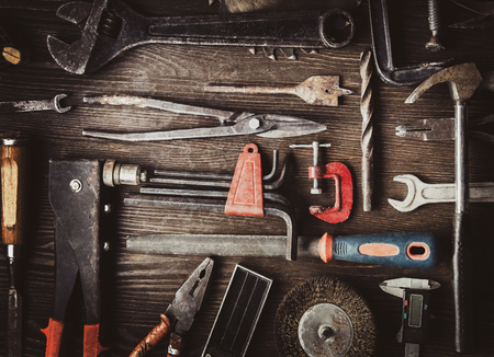 grungy vecchi strumenti su uno sfondo di legno (elaborazione cross-process)