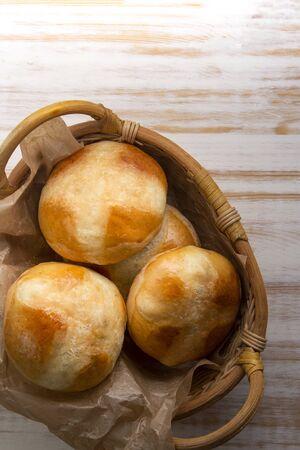 Hot cross buns on basket Stockfoto