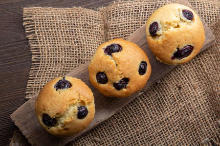 Chocolate muffins with blueberry on wooden table Standard-Bild
