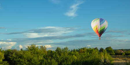 Balloons fly over the green fields, nature hills in summer Standard-Bild