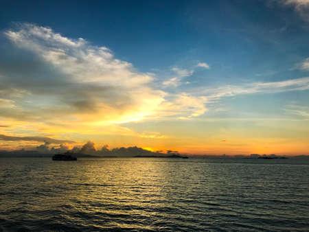 Ship on the sea at early morning sunrise, Koh Samui, Thailand Stockfoto