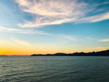 Island at early sunrise over the sea background, Koh Samui, Thailand. Stockfoto