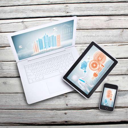 Laptop, tablet-pc en smartphone op oude houten planken Computer technologie concept Stockfoto