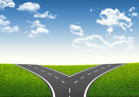 Gabel in der Straße Entscheidungsrahmen Blauer Himmel und Gras