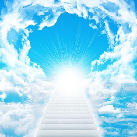 구름과 태양이 하늘에 계단. 개념 배경