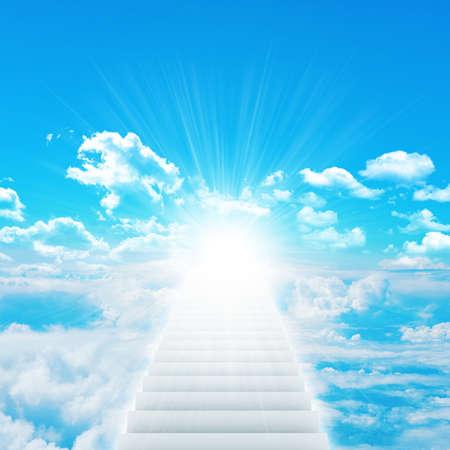 Treppen im Himmel mit Wolken und Sonne Standard-Bild - 30742112