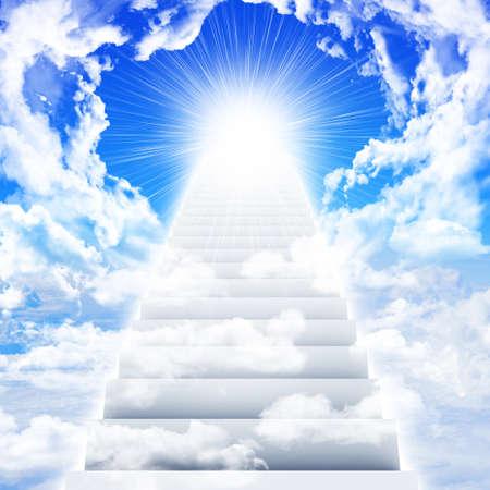 구름과 태양이 하늘에서 계단